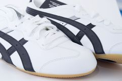 Zapatos de gimnasia blancos Imagenes de archivo