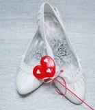 Zapatos de la boda con el corazón rojo Fotografía de archivo