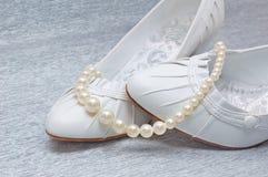 Zapatos de la boda con las perlas Imágenes de archivo libres de regalías