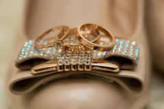Zapatos de la boda con los anillos de bodas Fotografía de archivo libre de regalías