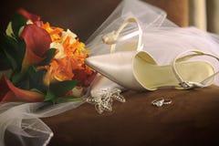 Zapatos de la boda con velo y los anillos Imagen de archivo libre de regalías