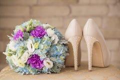 Zapatos de la boda en las reuniones Fotos de archivo