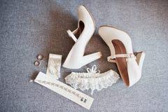 Zapatos de la boda y anillos de la novia con los accesorios imagenes de archivo