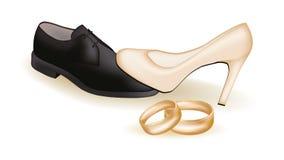 Zapatos de la boda y anillos de oro Foto de archivo