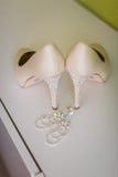 Zapatos de la boda y decoración hermosa de los anillos Fotos de archivo