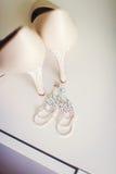 Zapatos de la boda y decoración hermosa de los anillos Fotografía de archivo