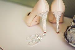 Zapatos de la boda y decoración hermosa de los anillos Imágenes de archivo libres de regalías
