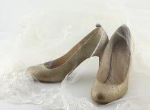 Zapatos de la boda y un velo de la novia Foto de archivo libre de regalías