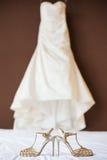 Zapatos de la boda y vestido de boda Fotos de archivo libres de regalías