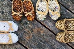 Zapatos de la estopa en un fondo de madera Fotografía de archivo libre de regalías