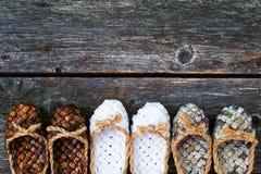 Zapatos de la estopa en un fondo de madera Foto de archivo