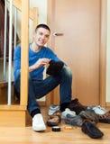 Zapatos de la limpieza de la mujer del hombre joven Fotos de archivo libres de regalías