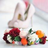 Zapatos de la moda y corona de la flor Imagenes de archivo