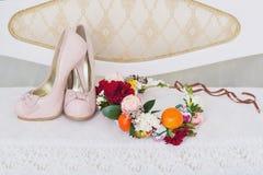 Zapatos de la moda y corona de la flor Fotografía de archivo