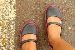 Zapatos de la muchacha de la juventud en la calle Imagen de archivo