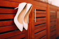 Zapatos de la novia de la boda en la madera Fotos de archivo