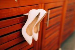 Zapatos de la novia de la boda en la madera Fotografía de archivo libre de regalías