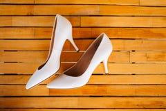 Zapatos de la novia de la boda en un de madera Fotos de archivo libres de regalías