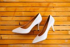 Zapatos de la novia de la boda en un de madera Fotografía de archivo libre de regalías