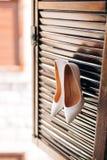 Zapatos de la novia de la boda en un de madera Imagenes de archivo