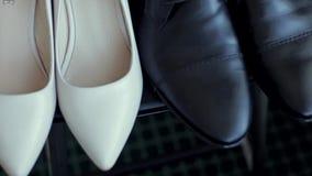 Zapatos de la novia y del novio almacen de metraje de vídeo