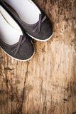 Zapatos de la señora en cubierta de madera Foto de archivo
