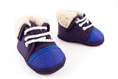 Zapatos de la zapatilla de deporte de los pies del bebé azul Imagen de archivo libre de regalías