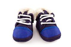 Zapatos de la zapatilla de deporte de los pies del bebé azul Fotos de archivo libres de regalías
