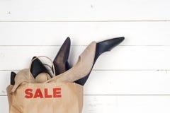 Zapatos de las mujeres de la venta en tacones altos y panieres Imagenes de archivo