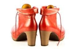 Zapatos de las mujeres del tacón alto en los accesorios blancos del fondo Fotos de archivo libres de regalías