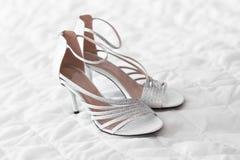 Zapatos de las mujeres en el fondo blanco imagen de archivo libre de regalías