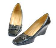Zapatos de las mujeres negras en un fondo blanco Fotografía de archivo libre de regalías