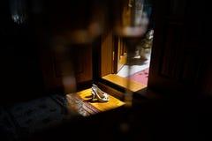Zapatos de las novias en la sombra Tomado a través del vidrio Imagenes de archivo
