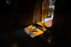 Zapatos de las novias en la sombra Tomado a través del vidrio Foto de archivo libre de regalías