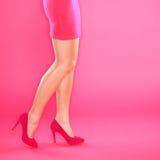 Zapatos de las piernas y talones del color de rosa de los altos Imágenes de archivo libres de regalías