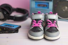 Zapatos de las zapatillas de deporte del pequeño niño Fotos de archivo