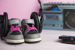 Zapatos de las zapatillas de deporte del pequeño niño Fotografía de archivo