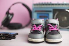 Zapatos de las zapatillas de deporte del pequeño niño Foto de archivo libre de regalías