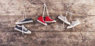Zapatos de los deportes en el piso Imagen de archivo libre de regalías