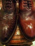 zapatos de los hombres en ventana de almacén Fotografía de archivo libre de regalías