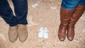 Zapatos de los pies de la familia fotos de archivo