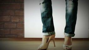 Zapatos de los tacones altos con el desfile de moda rasgado de los vaqueros almacen de video