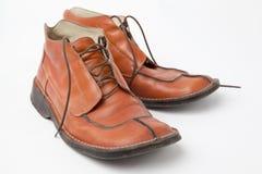 Zapatos de los viejos hombres usados anaranjados en el fondo blanco Fotos de archivo libres de regalías