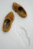 Zapatos de madera holandeses en la nieve Imagenes de archivo