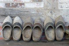 Zapatos de madera holandeses en una pared imágenes de archivo libres de regalías