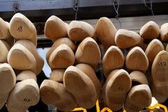 Zapatos de madera para la venta, Brujas, Bélgica Fotos de archivo libres de regalías