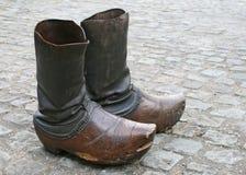 Zapatos de madera viejos (estorbos) Imagen de archivo