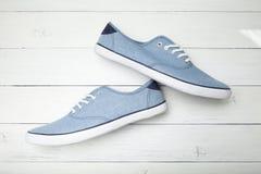 Zapatos de moda en un fondo de madera ligero fotos de archivo libres de regalías