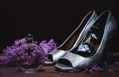 Zapatos de plata con perfume y gafas de sol Fotografía de archivo libre de regalías
