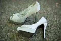 Zapatos de plata de la mujer con los tacones altos Fotografía de archivo
